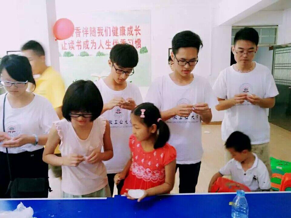 """今天在这里,来自安徽工业大学的""""大孩子""""们和小孩子们欢聚一堂,吹气球"""